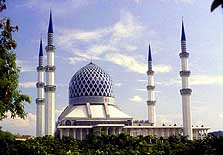 Malaysia: The four minarets of the huge 'Sultan Salahuddin' - state mosque in Shah Alam can be seen from far away