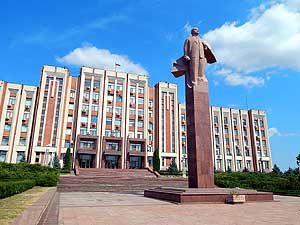 Transnistria: Lenin in front of the parliament building